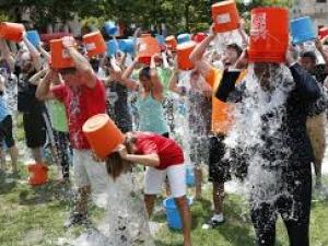 Леденият флашмоб лишава от вода нуждаещите се