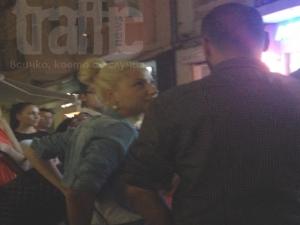 TrafficNews видя: Цветелина Янева  обикаля с охрана в Нощта на галериите