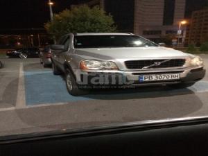 Наглеци с лъскави коли паркират на места за инвалиди СНИМКИ