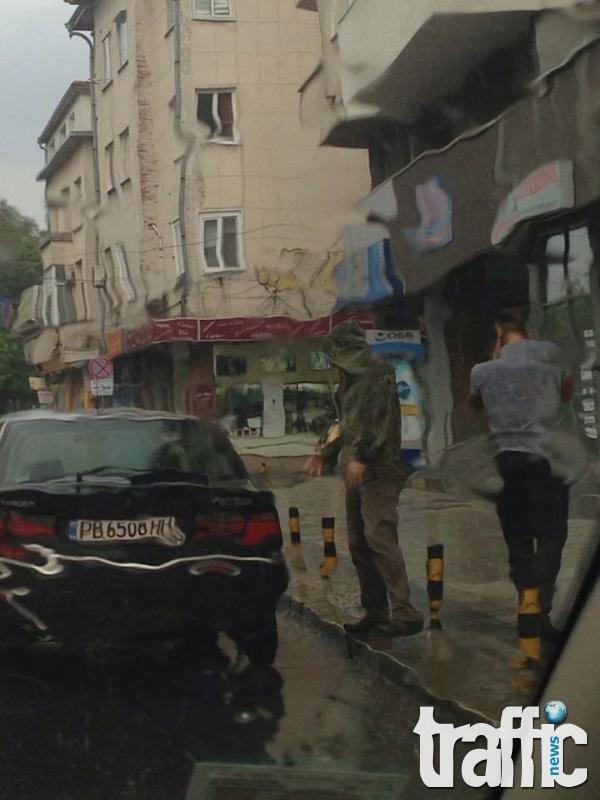 СНИМКИ: Пловдивчанин предизвика тапа на Гладстон. Бута сам колата си, под звуците на стотици клаксони
