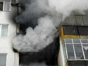 Мъж скочи от горящ апартамент и загина