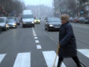 Мъж прегази жена на пешеходна пътека