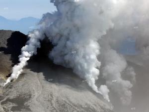 Започнаха евакуацията на телата на 27 души от върха на изригналия вулкан Онтаке