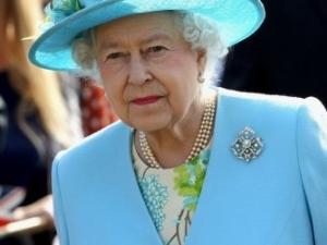 Кралицата пусна обява: Търси се чистач на дъвки