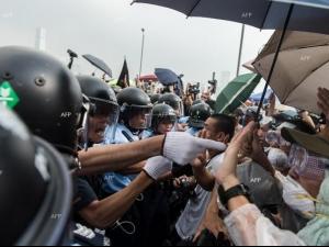 Сблъсъци между противникови групи са избухнали в Хонконг
