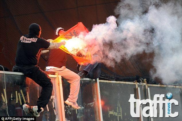 Бесни албанци горят знамето на Сърбия (ВИДЕО)
