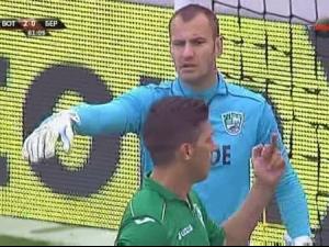 СКАНДАЛНА СНИМКА: Футболист на Берое провокира бултрасите със среден пръст