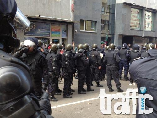 """Ексклузивно: 10 полицаи пребиха фен на """"Ботев"""" във Варна"""