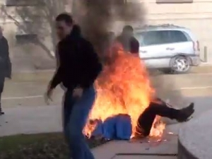 Ужасяващи кадри на жената, която се самозапали пред президентството! 18+ ВИДЕО