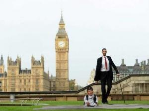 Срещата между най-ниския и най-високия човек на планетата СНИМКИ