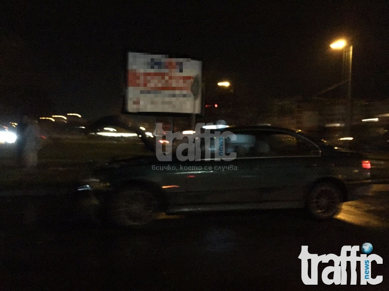 """Нова катастрофа в """"Тракия""""! БМВ помете автомобил на кръгово! СНИМКИ"""