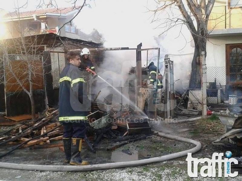 Пожар избухна в Труд, огнеборците спасиха триетажна къща СНИМКИ