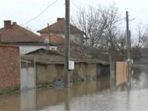 Нивото на река Тунджа се покачва, обстановката в Ямбол и Елхово остава критичн