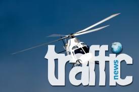 Хеликоптер транспортира електрически железен стълб