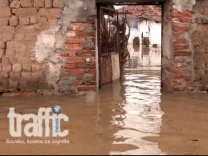 Заради потопа в Нова махала: Евакуираха 400 човека ВИДЕО