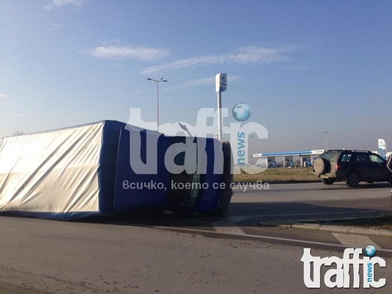 Камион се преобърна на околовръстното в Пловдив СНИМКИ