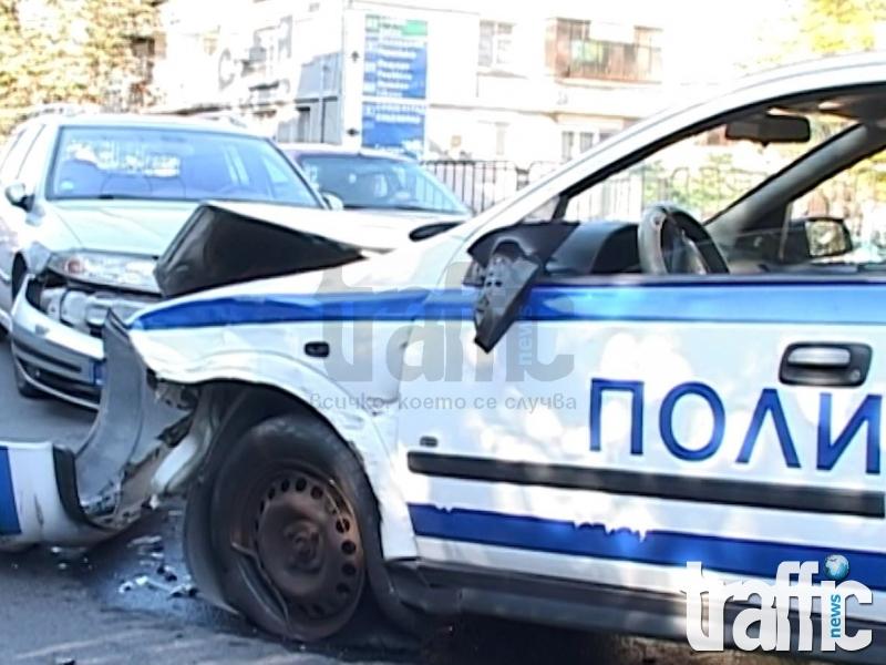 Извънредно! Камион с 15 полицаи се обърна, има загинал и ранени!