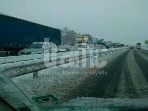 "Снегът заваля! Закъсали автомобили на ""Тракия"""