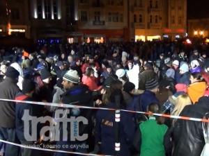 Ето как Пловдив посрещна 2015 година! Криско изгони половината център ВИДЕО