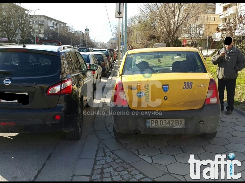 Таксиджийка сложи в джоба си мъжете- спря на тротоара под Малката базилика
