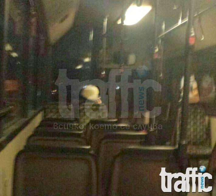 Кондукторка пуши цигари в автобус на градския транспорт в Пловдив СНИМКИ