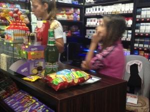 Собственик на нонстоп се гаври с властите - малолетната му дъщеря продава алкохол и цигари! СКРИТА КАМЕРА