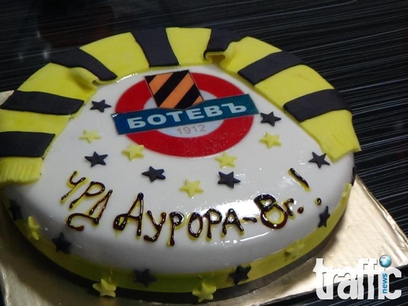 Баща зарадва дъщеря си с футболна торта