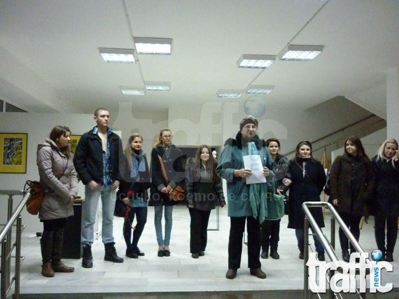 Скандал: Градската галерия отказа на млади таланти да залепят плакат за първата си изложба СНИМКИ