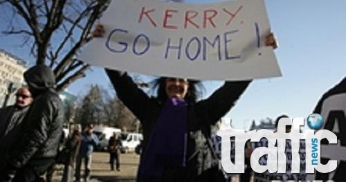 """Протестиращи посрещнаха Кери с руската песен """"Свещена война"""""""