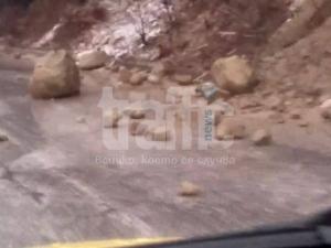 Камъни метър на метър се търкалят по пътя Пещера-Пловдив! ВИДЕО и СНИМКИ