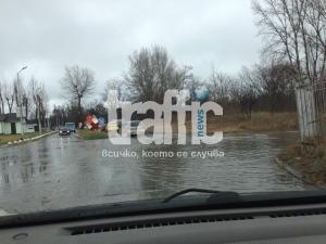 Езеро пред паркинга на Хирургиите СНИМКИ