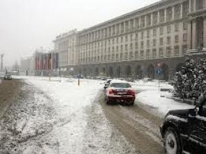 Започва обработка със смеси срещу заледяване във връзка със снеговалежа в София