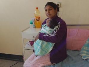 Спират детските на непълнолетните майки, помощите само в натура