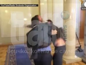 Депутати развяха юмруци пред парламента в Украйна ВИДЕО
