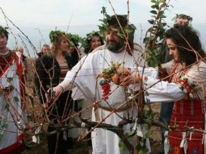 Днес православната църква отбелязва Трифон Зарезан и Голяма Задушница, католическата - Св. Валентин