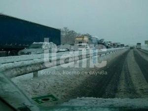 Внимание! Силен снеговалеж на магистралата в района на Пловдив