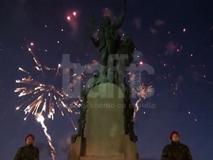 10-минутна заря в памет на Левски в Карлово ВИДЕО