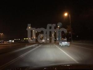 Ненормалник шофира на главен булевард през нощта без светлини! СНИМКИ