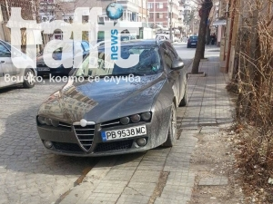 Наглеци паркират без проблем! Кат се прави, че не вижда