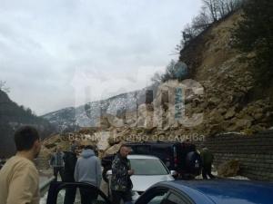 Ето ги скалите край Бачково, затворили пътя за Пампорово СНИМКИ