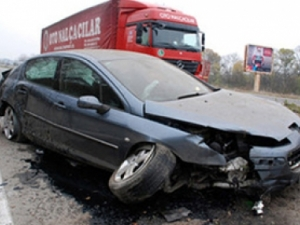 Камион изхвърли пежо от магистралата! 24-годишна жена с опасност за живота!