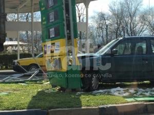 Нисан се заби в бензиностанцията срещу затвора в Кючука! СНИМКИ