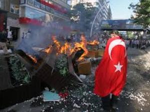 Полицаи раниха 14-годишно момиче повреме на протести в Истанбул