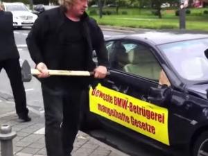 Вижте как бизнесмен потроши колата си с чук за да отмъсти ВИДЕО