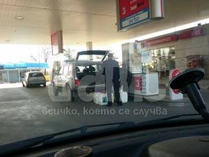 Бензиностанции в Пловдив ни лъжат с бензина! Инспектори запечатаха колонки! ВИДЕО