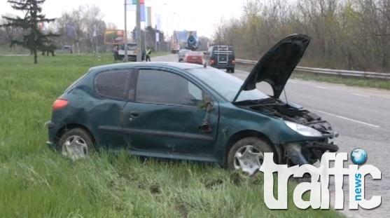 Жена заби колата си в стълб СНИМКИ