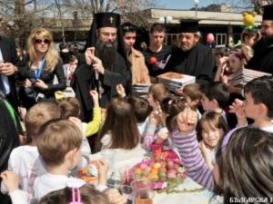 Вижте как Дядо Николай лично боядиса яйца на Велики четвъртък ВИДЕО