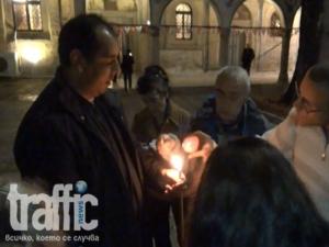Ето как Благодатният огън пристигна в Пловдив ВИДЕО