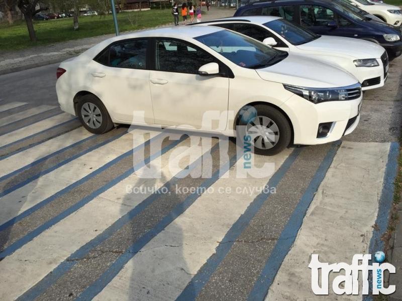 Гъзар паркира колата си върху пешеходна пътека СНИМКИ
