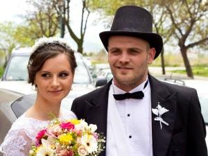 """Диджей Yokolove каза """"Да"""" на любимата си Меги облечен като английски денди"""